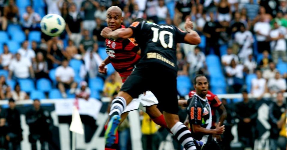 Diego Souza aproveita bom cruzamento de Nilton, ex-Corinthians, e abre o placar de cabeça