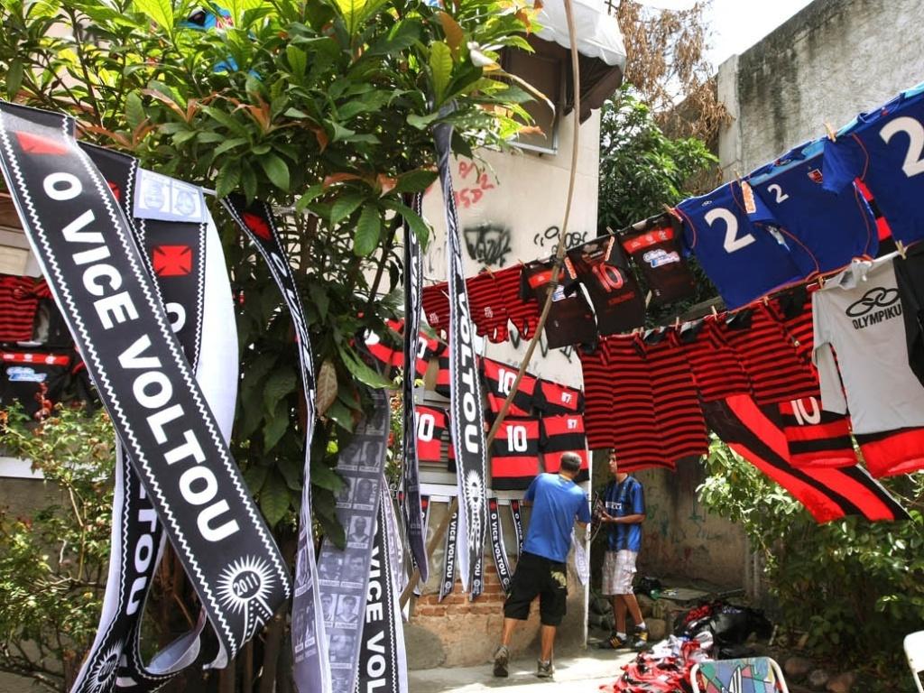 Do lado Flamengo, camisas do clube e faixas zombando um possível vice do Vasco
