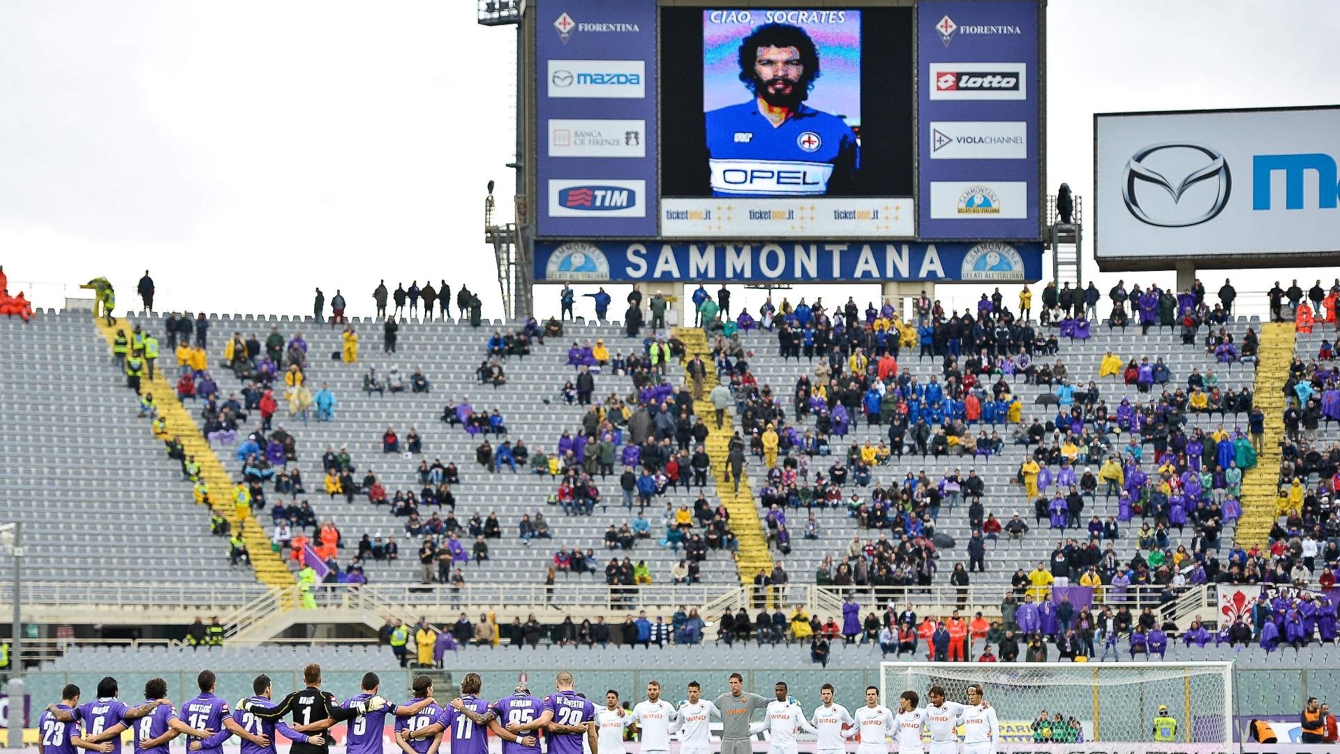 Imagem de Sócrates é exibida no telão durante minuto de silêncio antes do jogo entre Fiorentina e Roma