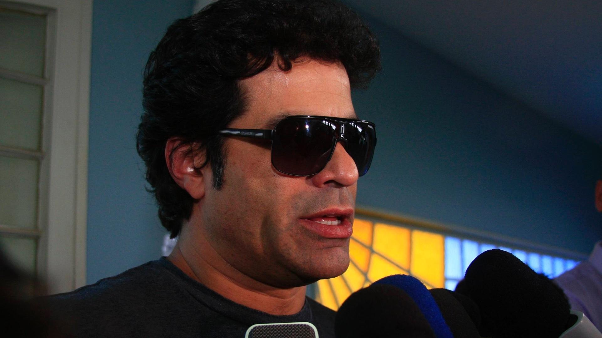 Irmão de Sócrates e também ex-jogador, Raí chega ao velório em Ribeirão Preto