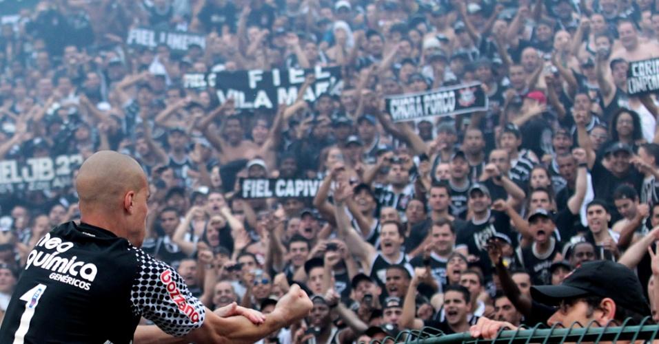 Julio Cesar fez a festa com a torcida corintiana após o título nacional