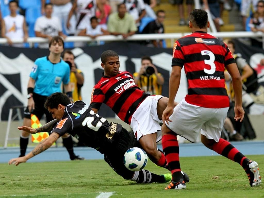 Júnior Cesar e Fagner disputam a bola enquanto são observados pelo zagueiro Welinton