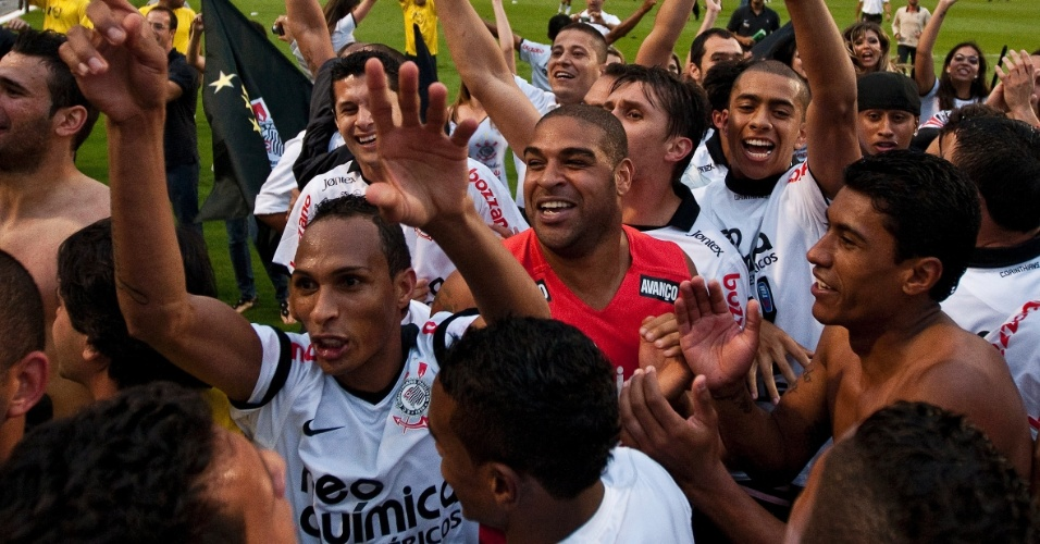 Liédson, Adriano e Paulinho festejam com o restante elenco corintiano o título do Brasileirão