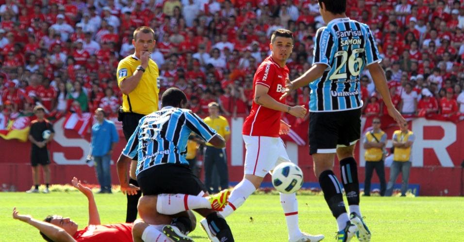Observado por Saimon e D'Alessandro, Leandro Damião é derrubado pelo gremista Fernando
