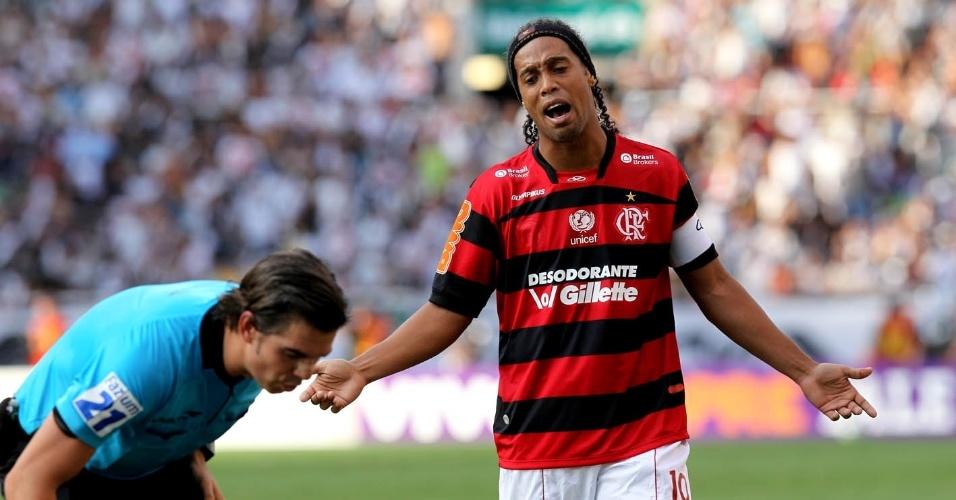 Ronaldinho reclama com árbitro em lance durante o clássico Vasco x Flamengo
