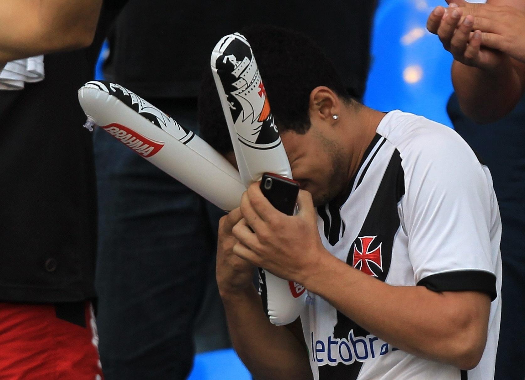 Torcedor do Vasco lamenta o resultado que faz do Vasco o vice-campeão Brasileiro de 2011