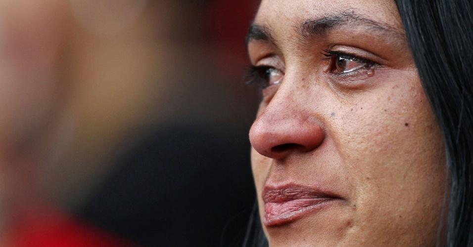 Torcedora do Atlético-PR chora enquanto time enfrenta o Coritiba na Arena da Baixada. Nem a vitória salvou o rubro-negro do descenso