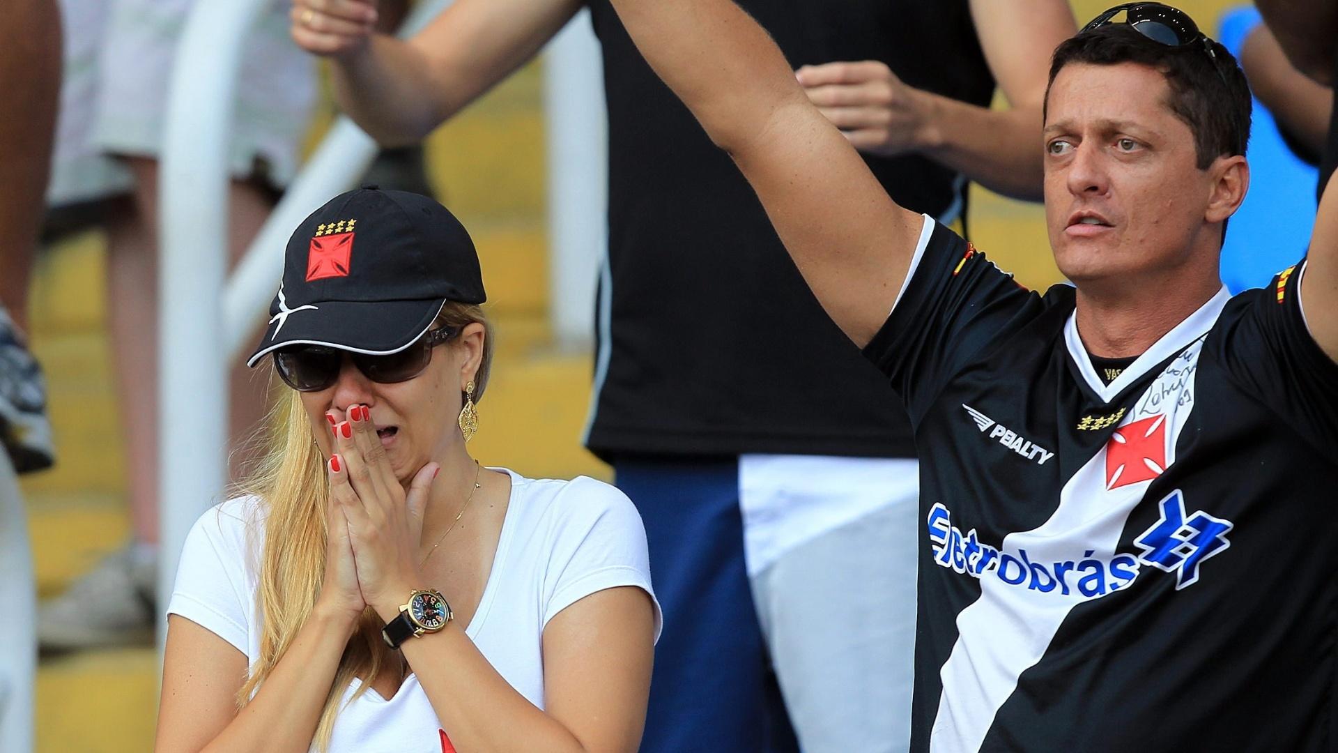 Torcedora vascaína chora após o empate em 1 a 1. Vasco precisava vencer e torcer por tropeço do Corinthians