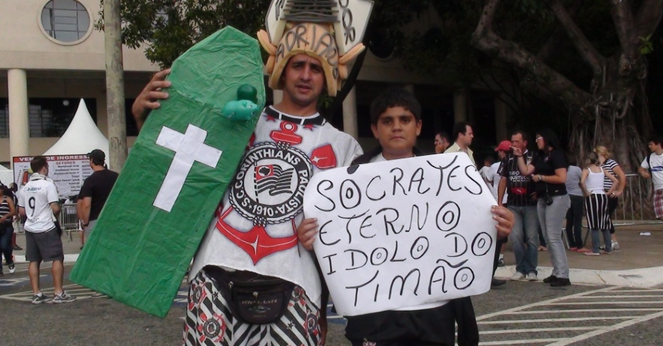 Torcedores do Corinthians chegam para acompanhar a partida contra o Palmeiras provocando o rival e fazendo homenagem ao ídolo Sócrates, que faleceu na madrugada deste domingo