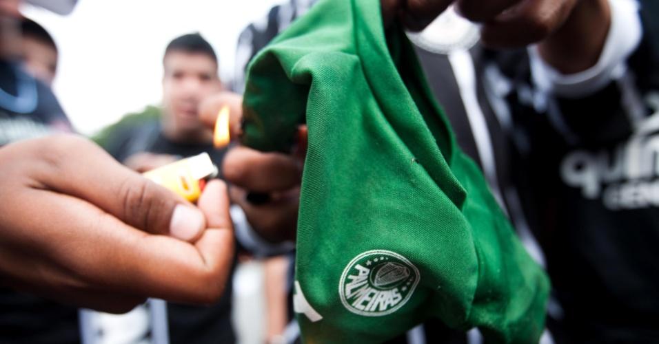 Torcedores do Corinthians queimam camisa do Palmeiras na entrada do Pacaembu