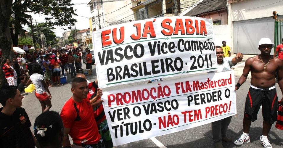 Torcedores do Flamengo chegam ao Engenhão com diversas placas provocativas ao rival