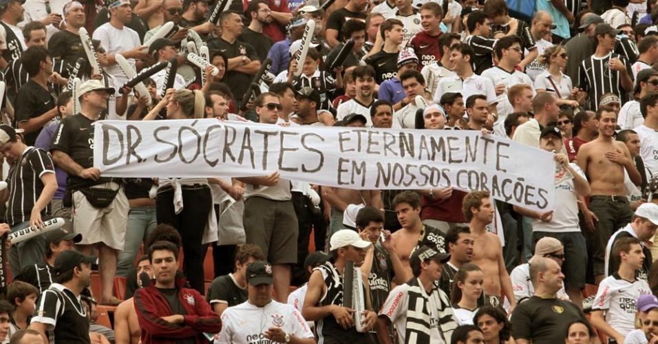 Torcida corintiana levanta faixa de homenagem a Sócrates, ídolo do time nos anos 80 e morto neste domingo