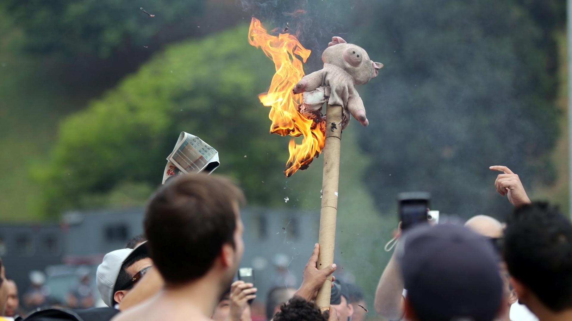Torcida do Corinthians queima o porco, símbolo do Palmeiras, na entrada do Pacaembu