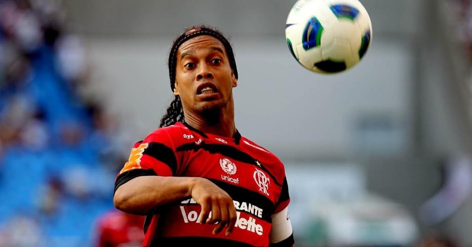 Um dos destaques do Flamengo na temporada, Ronaldinho tenta jogada na última rodada do Brasileiro