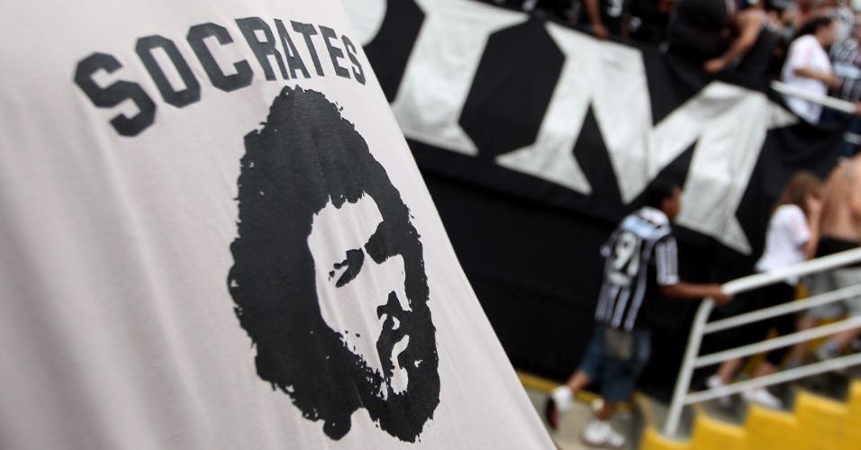 16h30 - Torcedores corintianos chegam ao Pacaembu para a partida contra o Palmeiras com homenagens ao ex-jogador Sócrates
