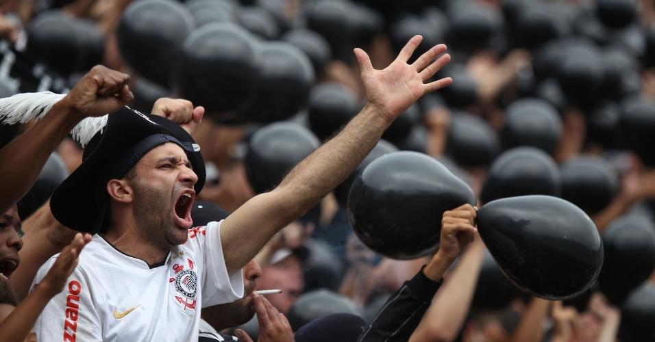 16h45 - Jogadores do Corinthians entram em campo no Pacaembu e são ovacionados pelos torcedores