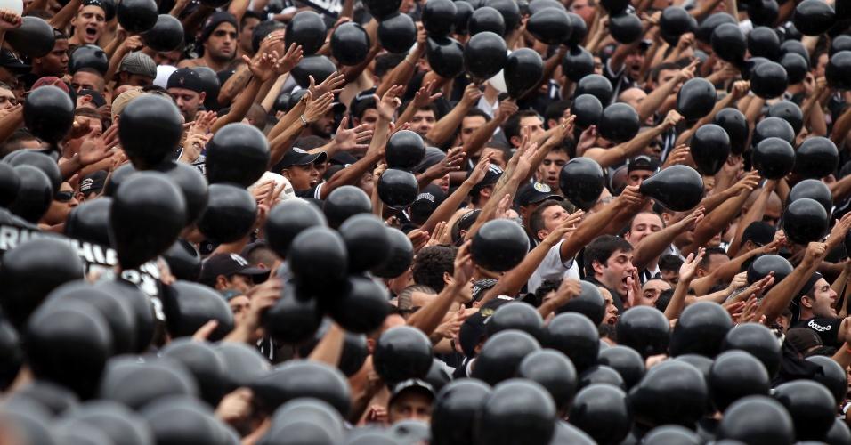 16h50 - Um a um, jogadores do Corinthians têm seus nomes gritados pelas arquibancadas do Pacaembu