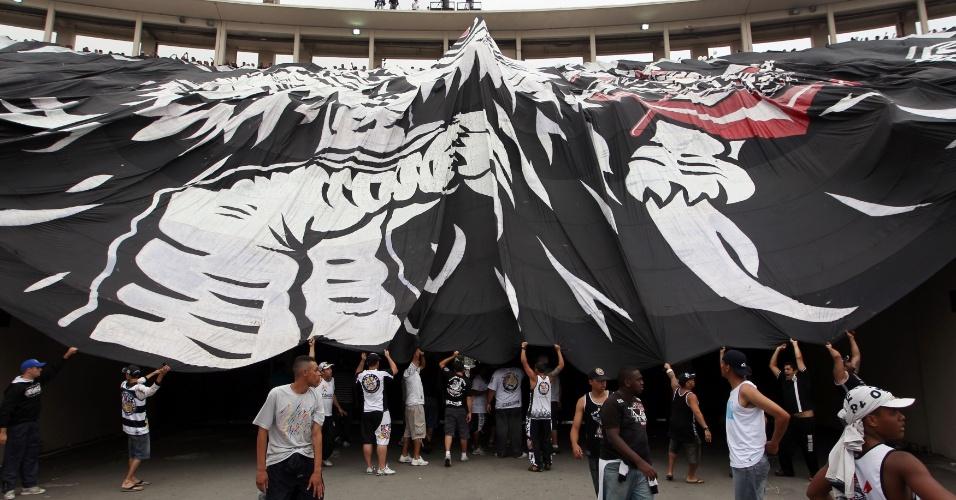16h55 - Torcida do Corinthians exibe bandeirão antes do início da partida contra o Palmeiras