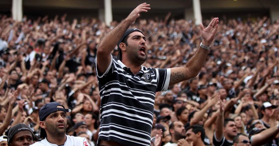 17h50 - Torcedores do Corinthians pedem pênalti em Willian, que fez grande jogada e acabou derrubado. Arbitragem, porém, manda o jogo seguir