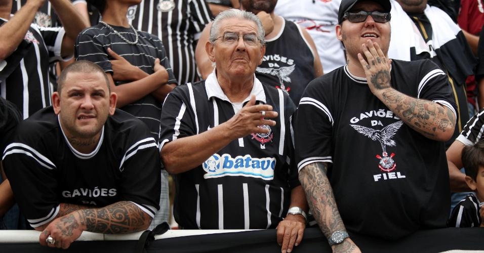 18h25 - Corintianos não escondem o nervosismo com a equipe, que pressiona o Palmeiras, mas para nas boas defesas de Deola