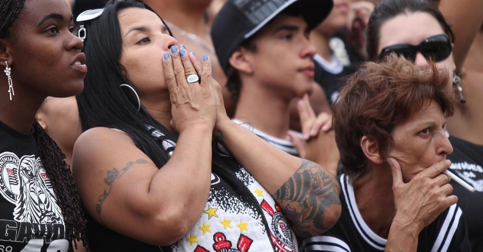 18h30 - Fernandão acerta a trave e Luan perde gol incrível para o Palmeiras na sequência, aumentando a apreensão dos corintianos