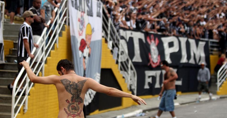 18h32 - Aumenta a preocupação da torcida corintiana no Pacaembu com a expulsão de Wallace, que deixa o Corinthians com 10 jogadores em campo