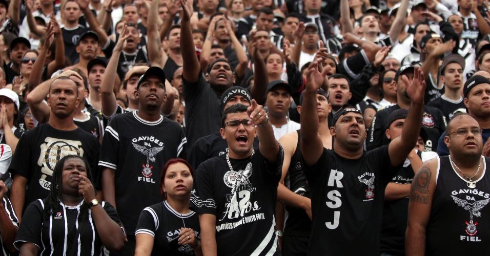 18h43 - Torcida do Corinthians empurra a equipe nos minutos finais em clássico muito equilibrado dentro de campo