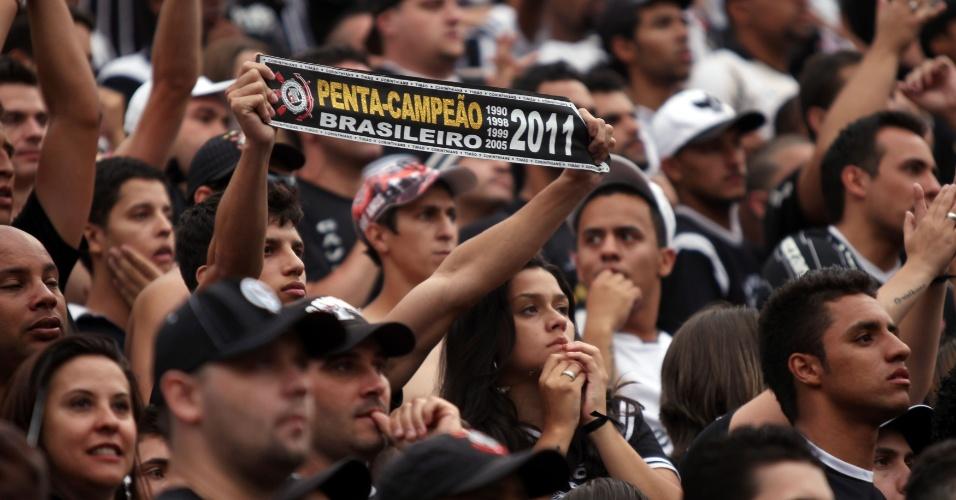 18h50 - Confusão dentro de campo no Pacaembu. Torcida acompanha troca de empurrões entre atletas de Corinthians e Palmeiras no gramado
