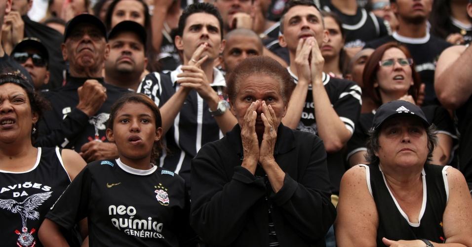 18h53 - Árbitro expulsa Leandro Castán e João Victor, além de indicar seis minutos de acréscimo no Pacaembu