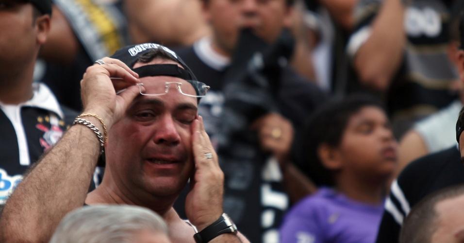 19h03 - Torcedor corintiano não segura as lágrimas na comemoração pelo título brasileiro no Pacaembu