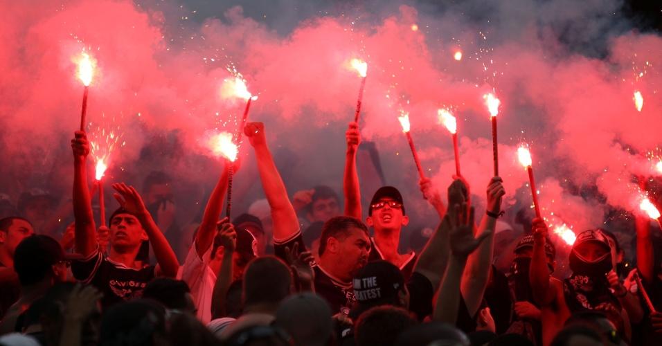 19h05 - Com sinalizadores, torcida do Corinthians faz festa nas arquibancadas para comemorar o título brasileiro