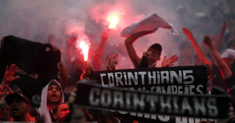19h07 - Torcida corintiana faz grande festa nas arquibancadas do Pacaembu na comemoração do título brasileiro