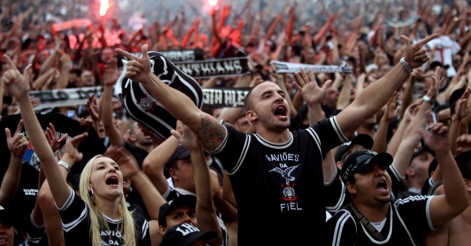 19h11 - Torcedores cantam e fazem a festa pelo quinto título brasileiro conquistado pelo Corinthians