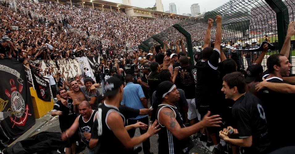 19h15 - Corintianos se aglomeram próximos do alambrado, onde alguns dos jogadores campeões brasileiros se penduraram para celebrar o título