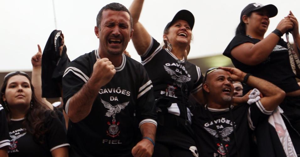 19h17 - Emocionados, corintianos vão às lágrimas com a conquista do pentacampeonato brasileiro