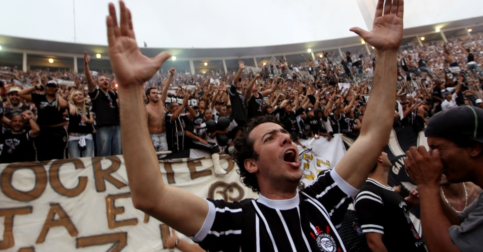 19h20 - Com gritos, músicas e muita festa, torcedores do Corinthians comemoram o título brasileiro no Pacaembu
