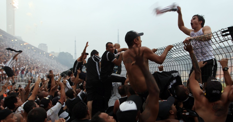19h21 - Jogadores do Corinthians comemoram o título brasileiro junto dos torcedores no alambrado do Pacaembu