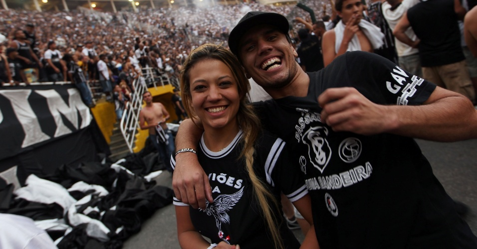 19h23 - Torcedores exibem paixão pelo Corinthians e comemoram o título brasileiro no Pacaembu