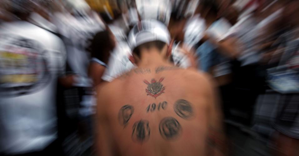 19h25 - Torcida do Corinthians começa a deixar o Pacaembu e leva a festa pela conquista do título brasileiro para as ruas de São Paulo