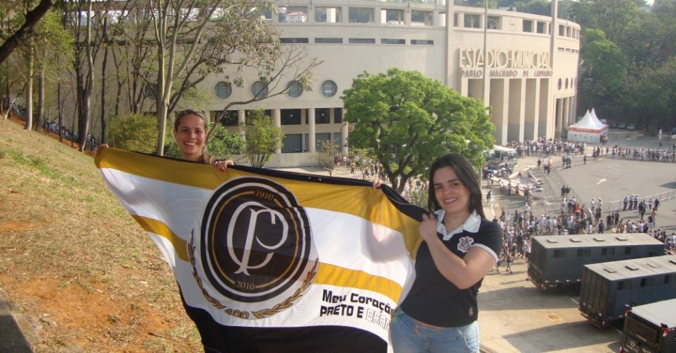 Carolina Mella Pereira com o namorado no Pacaembu