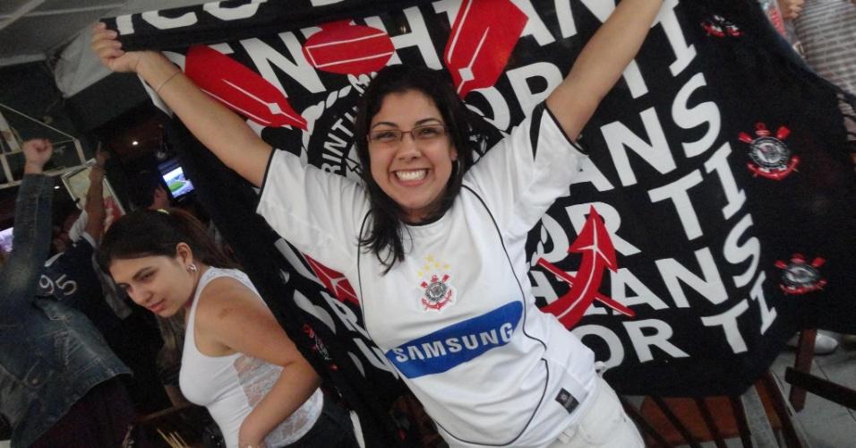 Diane Cristina de Oliveira comemorando o penta