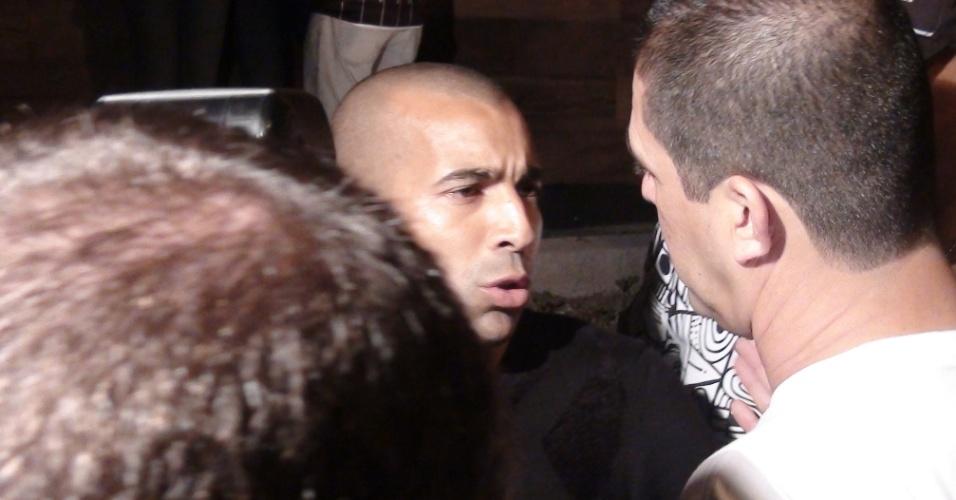 Emerson Sheik chegou à balada cercado de seguranças e evitou contato com a imprensa