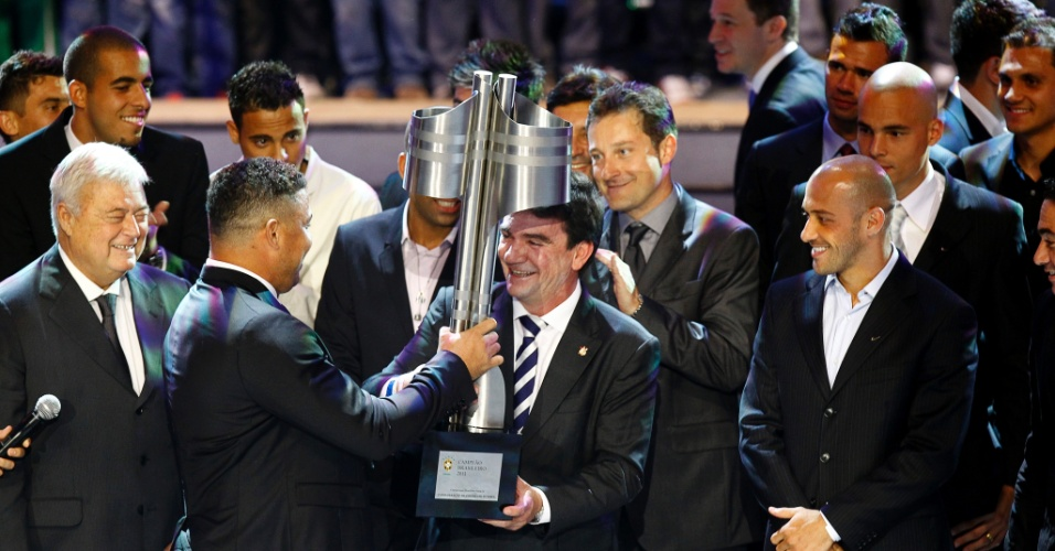 Equipe do Corinthians recebe o troféu de campeão brasileiro das mãos de Ronaldo