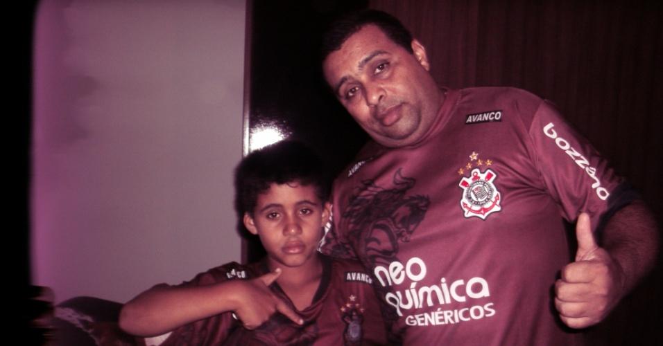 Marcos Vinicius dos Santos comemora o título com o filho, Vinicius Lucas Andrade dos Santos