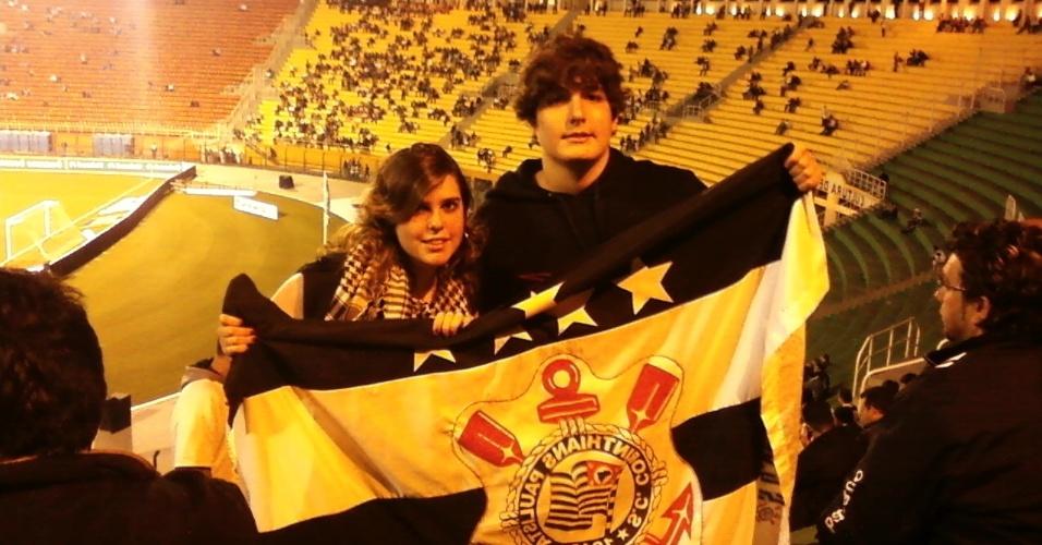 Natalia Sosa comemora no estádio com um amigo