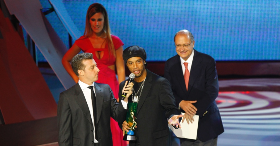 Ronaldinho Gaúcho recebeu o prêmio de melhor meia esquerda do Campeonato Brasileiro