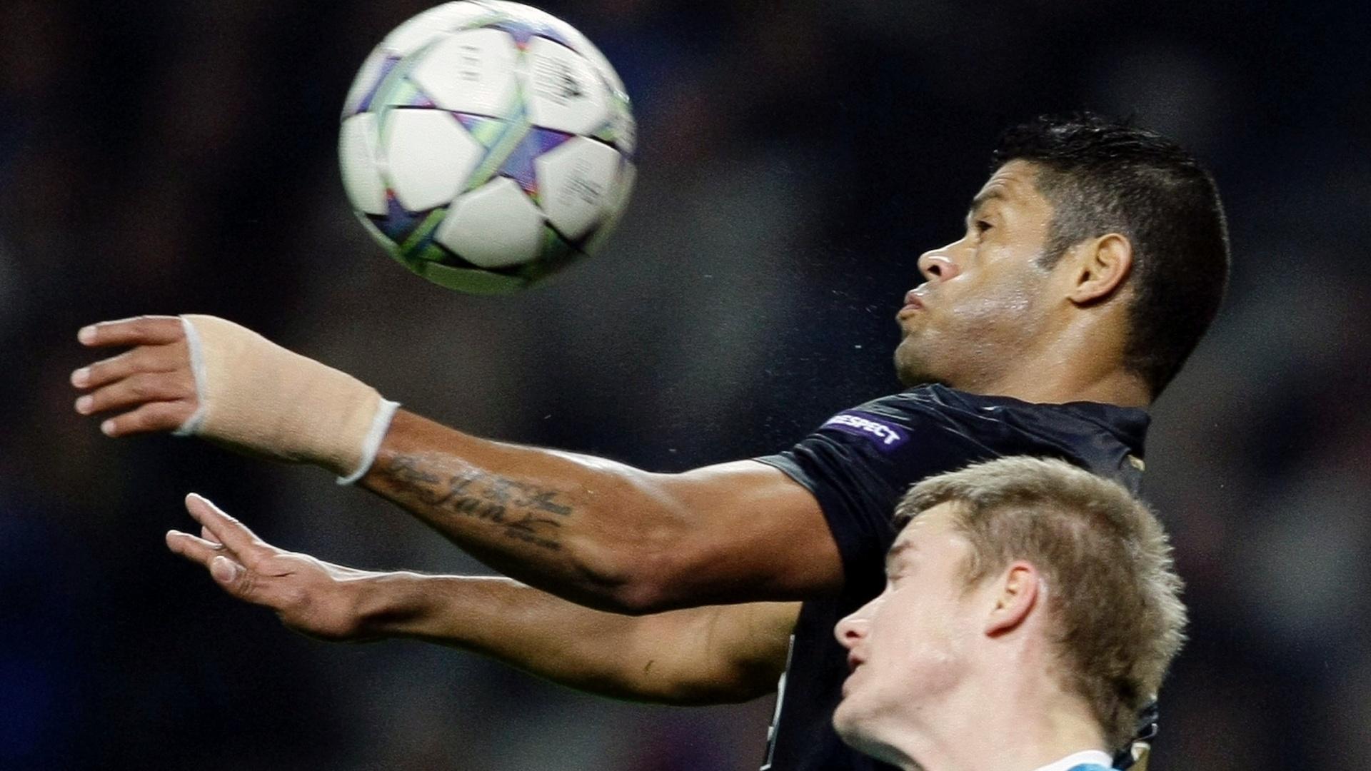 Atacante Hulk, do Porto, leva vantagem pelo alto contra a marcação do Zenit
