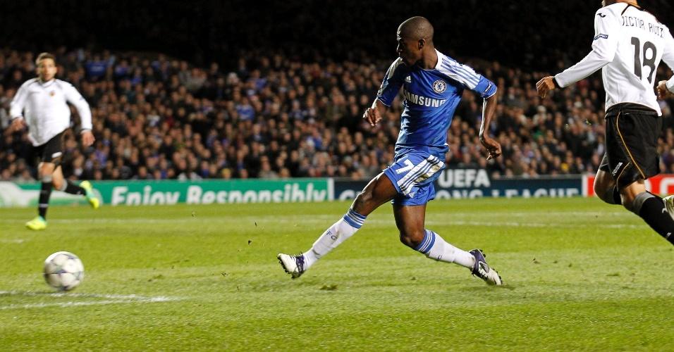 Brasileiro Ramires chuta para marcar o segundo gol do Chelsea contra o  Valencia f672193d5a565