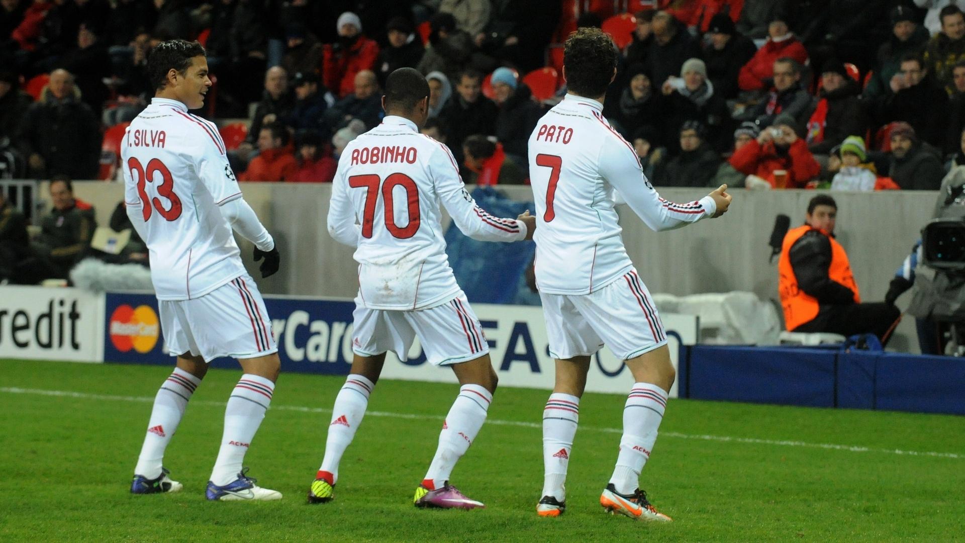 Brasileiros Thiago Silva, Robinho e Pato dançam para comemorar o gol do Milan em partida da Liga dos Campeões