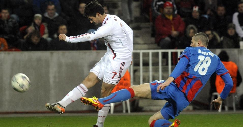 Defensor do Viktoria Plzen tenta bloquear o chute de Alexandre Pato em partida do Milan nesta terça-feira